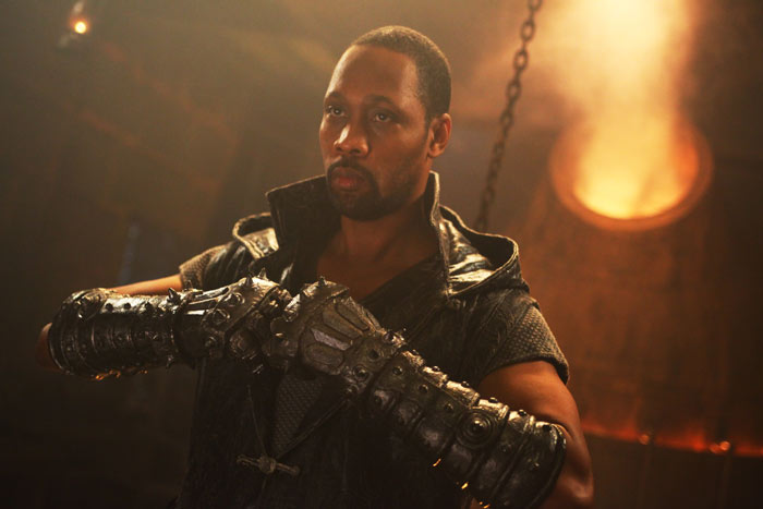 """RZA"" espectacular patada voladora de artes marciales como director. ""The Man with the Iron Fists""."