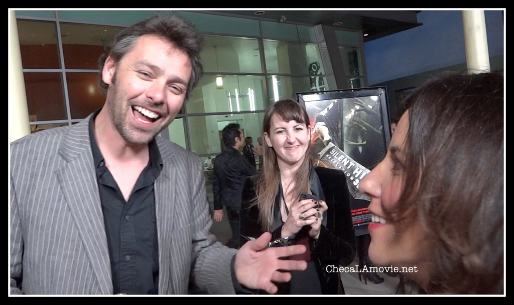 """El director Michael J. Bassett dice """"Hola"""" a los seguidores de habla hispana."""