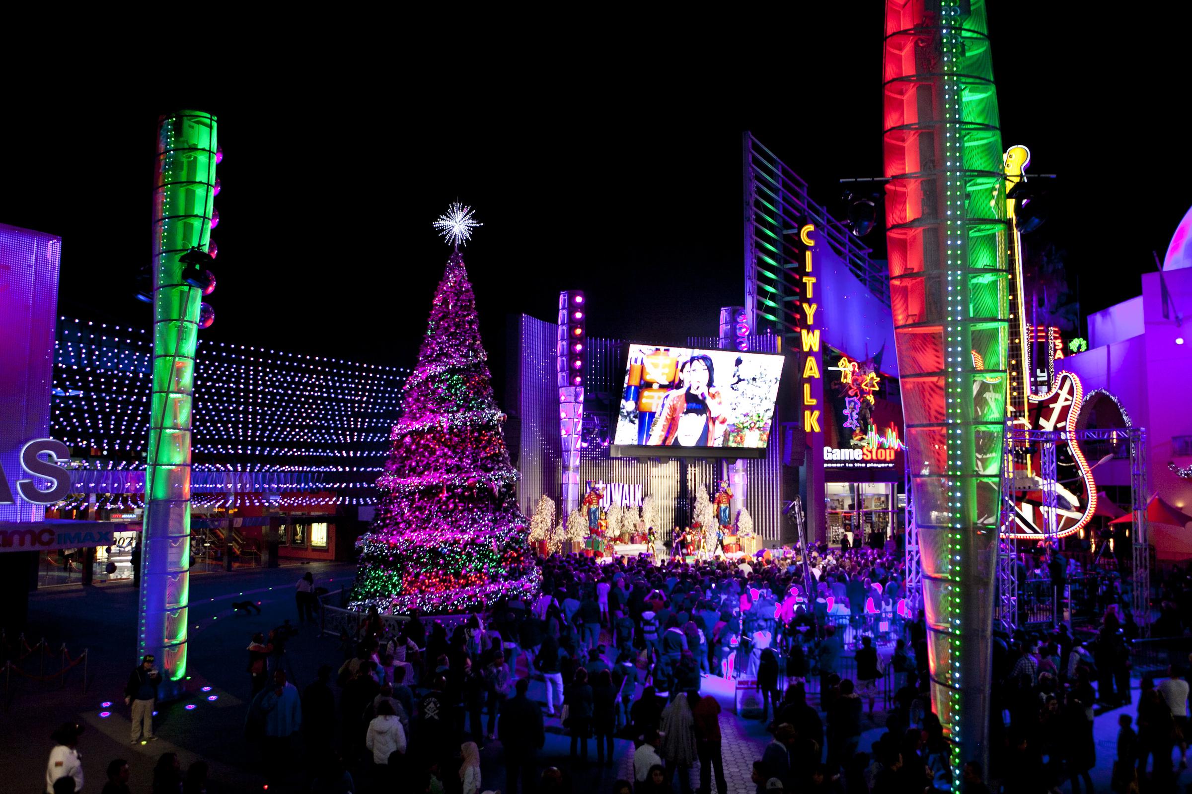 El CityWalk en Universal Studios Hollywood se viste de Navidad.