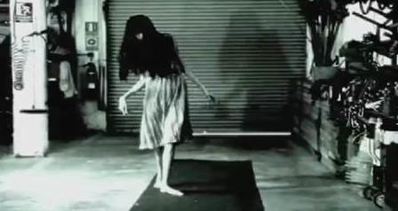 """El terror tiene forma en """"MAMA"""". Video aterrador detrás de cámaras."""