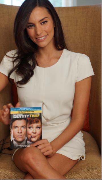 """Gana el DVD de """"Identity Thief""""… la bella Génesis Rodríguez te invita a llevarlo a casa."""