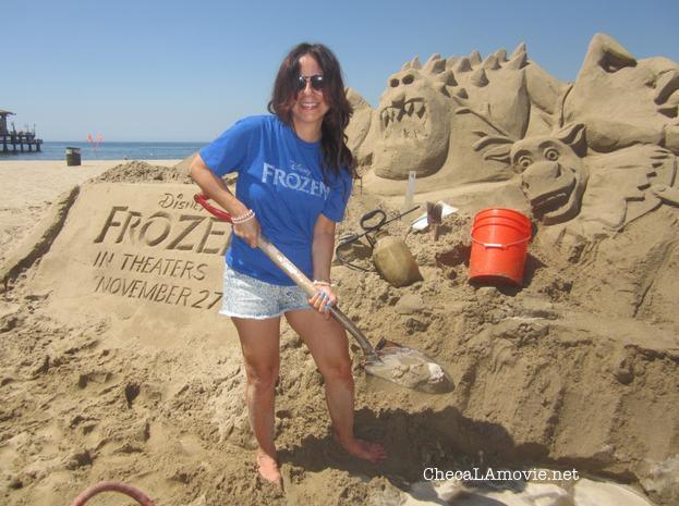 Una cálida bienvenida con esculturas de arena para una congelante película. #DisneyFrozen