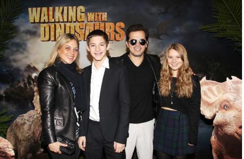 """John Leguizamo junto a su familia en la Premiere de """"Walking With Dinosaurs""""."""