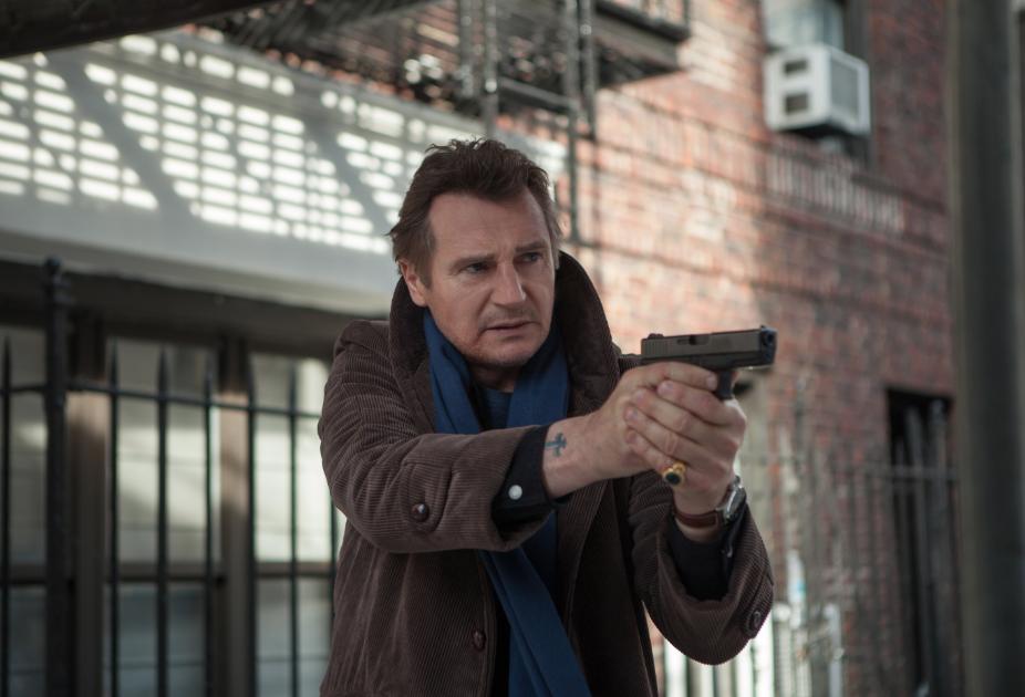 """Liam Neeson: Un héroe de acción real y encantador en """"Caminando entre las Tumbas"""" #AmongTombstones."""